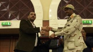 """""""Número dois"""" do conselho militar, Mohamed Hamdan Dagalo, e o líder da oposição, Ahmad al-Rabiah, selaram o acordo em Cartum"""