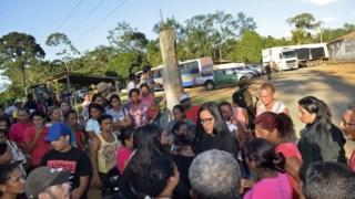 Familiares das 57 vítimas às portas da prisão de Altamira, no Pará