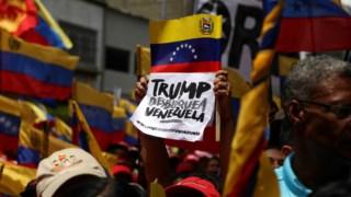 Pedido de levantamento das sanções ao Presidente Trump, numa manifestação de apoiantes de Maduro, na quarta-feira