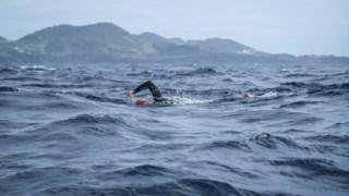 Christoph Kneppeck durante a sua tentativa de alcançar a maior travessia a nado na Ilha Terceira