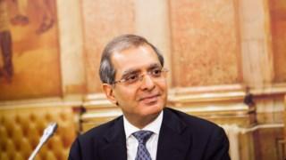 O responsável máximo da KPMG Angola, Sikander Sattar, foi dar explicação sobre a queda do BES ao Parlamento português.