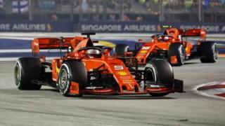 Os dois Ferrari em acção em Singapura.