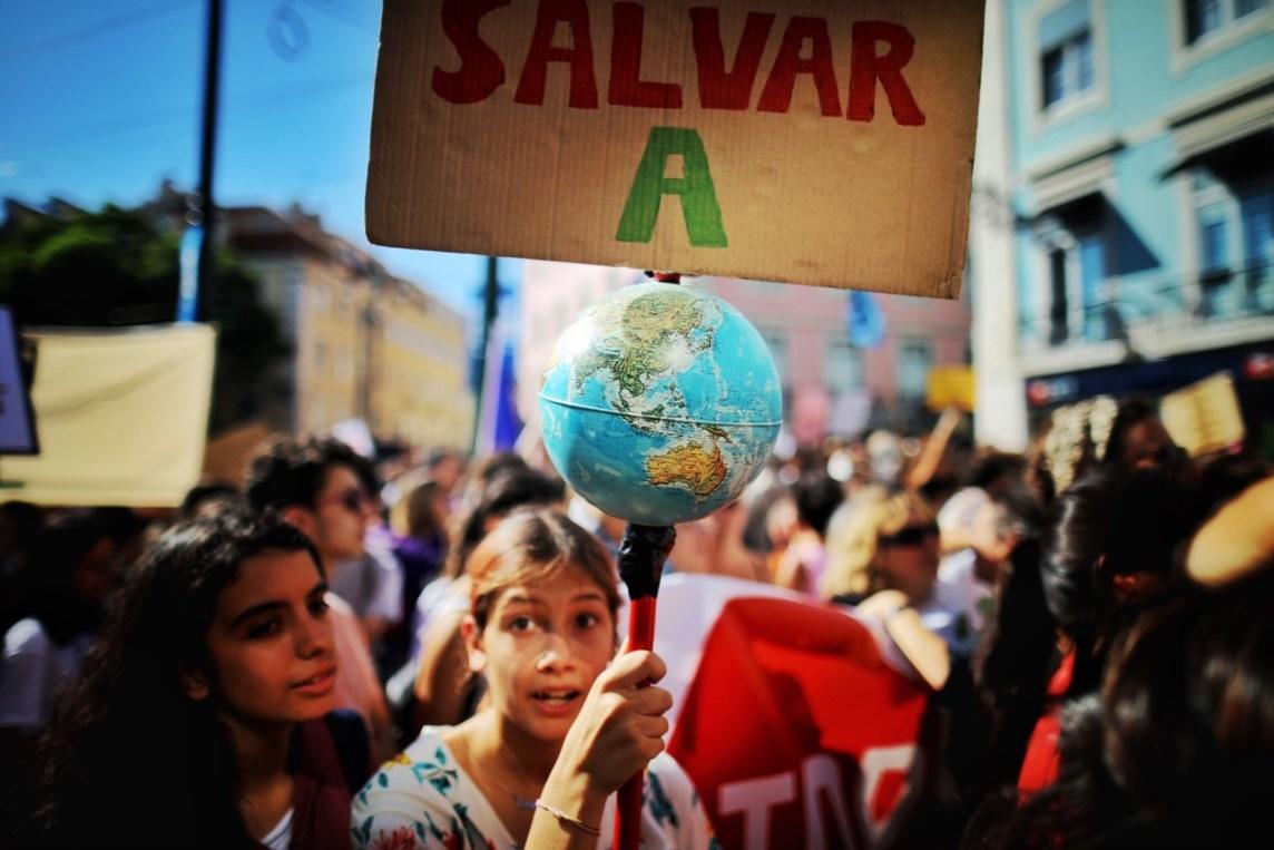 """Resultado de imagem para A geração Instagram em peso na rua: """"Salvem o planeta, acabem com o capitalismo"""""""