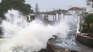 Agitação marítima causada pela passagem do furacão