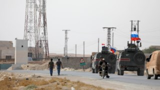Soldados russos e sírios nas imediações de Manbij