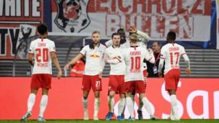 Jogadores do Leipzig festejam o golo de Sabitzer