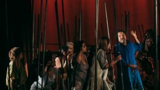 A viagem de Dante (Nélson Monforte) e de Vergílio (Fernando Luís), assessorados por Beatriz (Sara Belo), Matilde (Rita Brito) e o Coro Setúbal Voz, é uma marcha que não