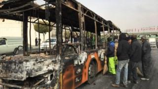 Um autocarro incendiado durante protestos nocturnos em Isfahan, no centro do Irão, a 17 de Novembro
