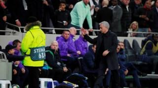 Mourinho celebra com o jovem apanha-bolas