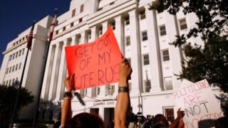 Os grupos anti-aborto estão a tentar que a lei nacional seja revista no Supremo Tribunal, com uma série de propostas em estados como o Ohio e o Alabama