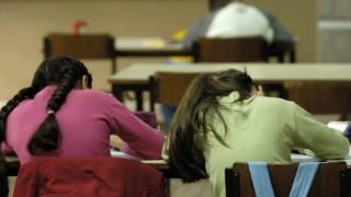Os alunos com ligeira perda auditiva devem estar mais próximos do professor
