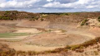 Barragem de Odeleite, sem água, vazia, devido aos efeitos da seca