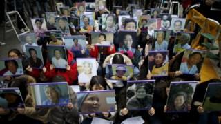 """Retratos de sul-coreanas que foram forçadas a ser """"mulheres de conforto"""", , numa manifestação em frente à embaixada do Japão em Seul, em 2015"""