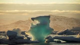 Um iceberg flutua perto de Tasiilaq, na Gronelândia