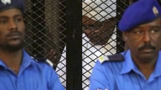 Omar al-Bashir dentro da cela onde assistiu ao julgamento
