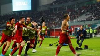 Jogadores do Liverpool celebram em Doha.