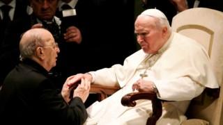 O padre Marcial Maciel, fundador dos Legionários de Cristo, com o Papa João Paulo II