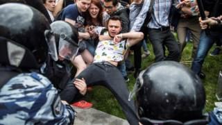 Ruslan Shaveddinov, a ser detido durante uma manifestação em Moscovo, em 2017