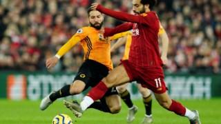 Salah tenta passar por Moutinho: O Liverpool teve muitas dificuldades para vencer o Wolverhampton