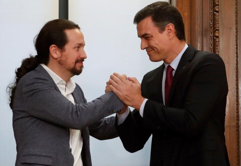 Pablo Iglesias e Pedro Sánchez no fim da apresentação do programa de Governo