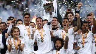 Os jogadores do Real Madrid com a Supertaça de Espanha