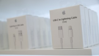 Um adaptador da Apple para os formatos USB-C e Lightning