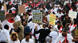Manifestação contra presença militar dos EUA no Iraque juntou dezenas de milhares de pessoas em Bagdad