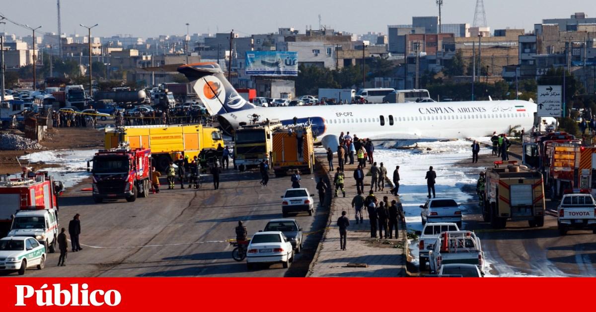 Avião iraniano sai da pista e pára em auto-estrada