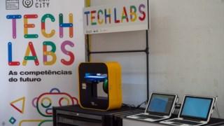 Os laboratórios contam com impressoras 3D, kits de robótica e kits de circuitos eléctricos, entre outros equipamentos informáticos.