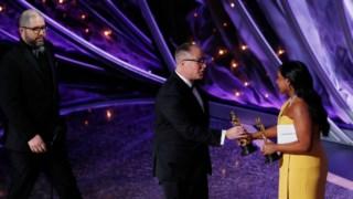 Josh Cooley e Mark Nielsen recebem o Óscar para Melhor Filme de Animação por Toy Story 4