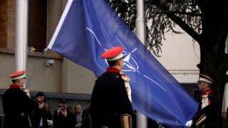 Bandeira da NATO é hasteada no exterior do Parlamento da Macedónia do Norte, em Escópia