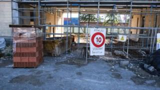 Obras num dos edifícios decorrem há meses e recentemente iniciaram-se as de infra-estruturas