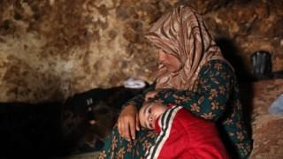 Famílias vivem em grutas para fugir aos ataques contra Idlib