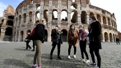 Turistas junto ao Coliseu, em Roma