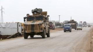 Uma coluna de veículos militares turcos na província síria de Idlib