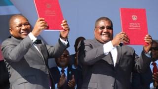 Filipe Nyusi (à esquerda), Presidente de Moçambique, e Ossufo Momade, líder da Renamo (à direita), assinaram os acordos de paz em Agosto do ano passado