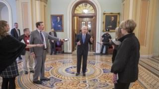O, à saída das negociações líder republicano do Senado, Mitch McConnel