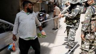 Polícia bate em homem em Nova Deli