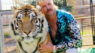 Joe Exotic e um dos seus felinos em <i>Tiger King: Murder, Mayhem and Madness</i>, da Netflix