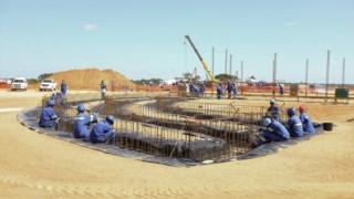 Obras de construção no projecto de implantação de uma fábrica de liquefacção de gás natural na península de Afungi, distrito de Palma