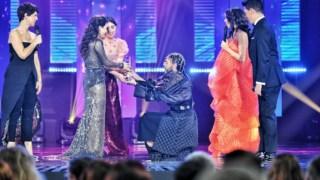 Elisa a receber o galardão de vencedora do Festival da Canção 2020 das mãos de Cona Osíris