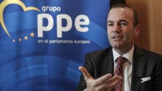 Eurodeputados do PPE pressionam o líder da bancada do Parlamento Europeu, Manfred Weber