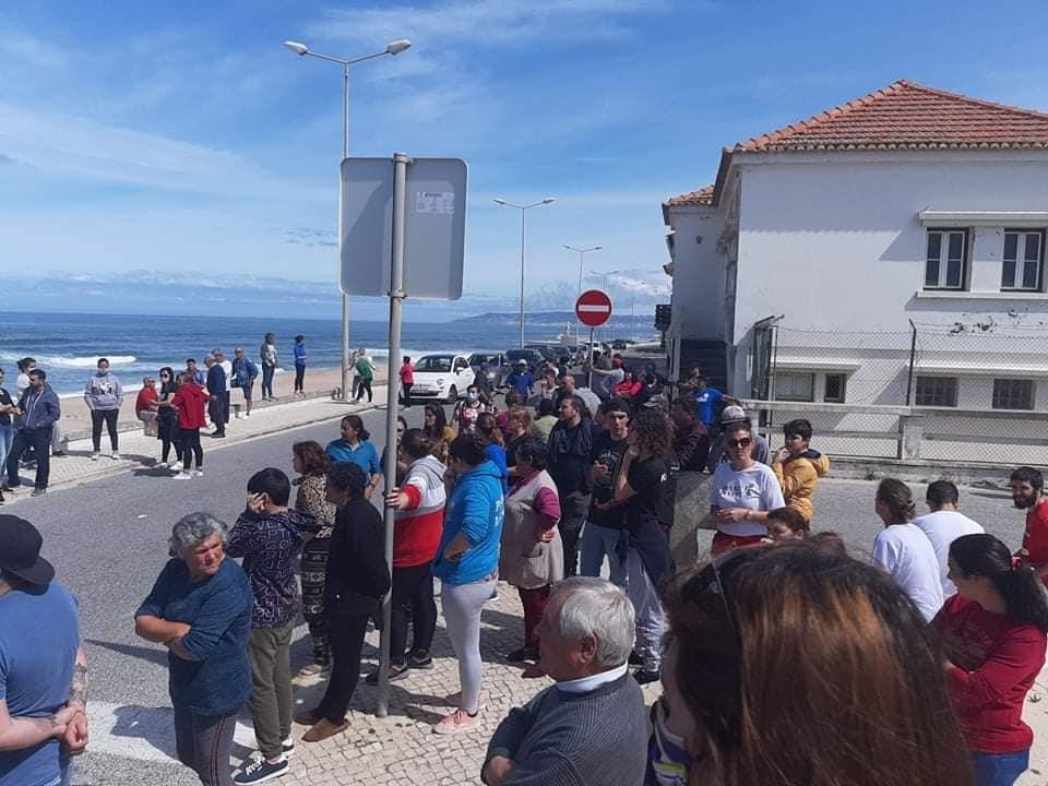 GNR desmobiliza centenas de pessoas que protestavam na Praia da ...