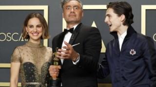 Taika Waititi entre Natalie Portman e Timothée Chalamet nos Óscares deste ano
