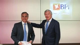 Pablo Forero, à direita, passa a pasta ao seu sucessor, João Pedro Oliveira e Costa, no topo da gestão do banco.