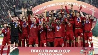 A equipa do Liverpool após conquistar o título de campeã mundial de futebol, em 2019, derrotando o Flamengo de Jorge Jesus