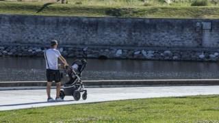 No carrinho, é aconselhável manter o bebé voltado para quem o passeia