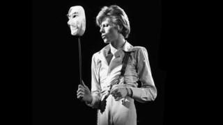 Bowie, as máscaras como elemento vital na identidade artística  e pessoal; a máscara como possibilidade de todas as derivas  e fantasmas