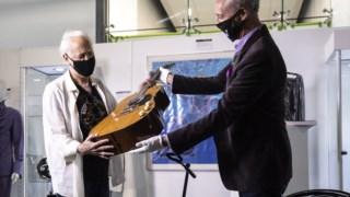 Lloyd Chiate, à esquerda, da Voltage Guitar, que vendeu a guitarra a Kurt Cobain, com um leiloeiro da Julien's