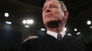 O juiz John G. Roberts, nomeado pelo Presidente George W. Bush, foi o voto decisivo